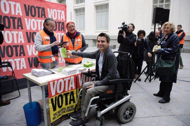 Pablo Soto y Manuela Carmena en una mesa de votación de Decida Madrid