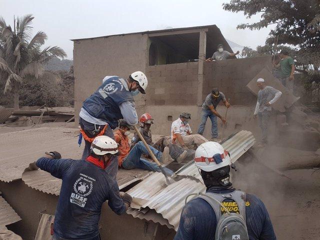 Miembros de Bomberos Unidos sin Fronteras, en Guatemala.