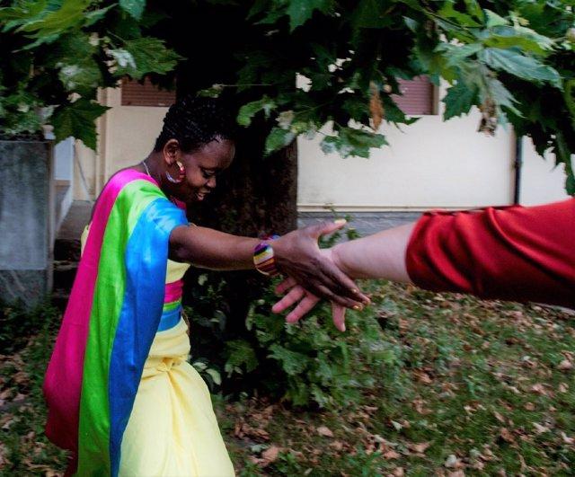 Una mujer negra coge la mano de una mujer blanca