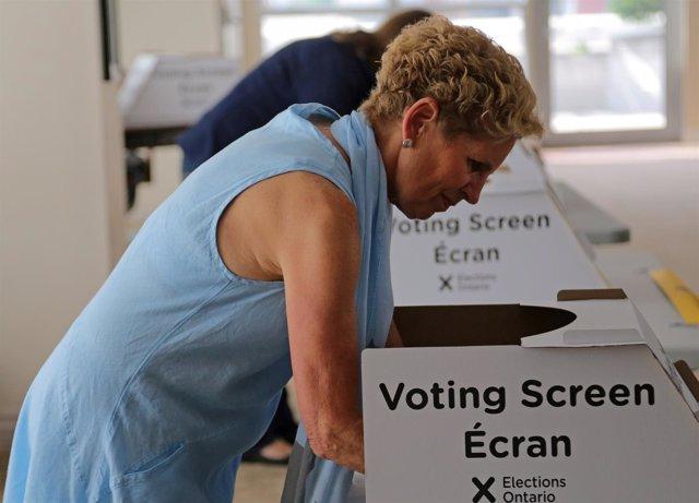 La primera ministra de Ontario, Kathleen Wynne, votando.