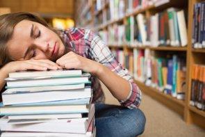 Las adolescentes sufren más somnolencia diurna que los adolescentes (GETTY - Archivo)