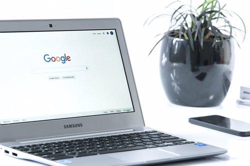 Ordenador con el buscador google