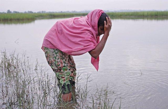 Refugiada rohingya tras cruzar la frontera entre Birmania y Bangladesh