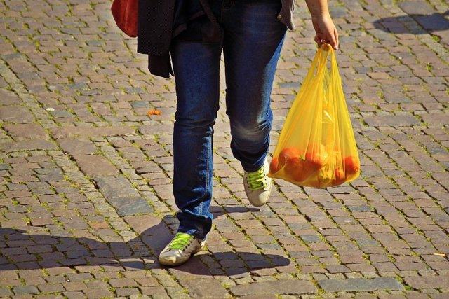Los comercios deberán informar sobre el precio de las bolsas de plástico