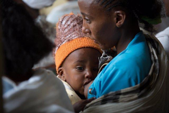 Una mujer amamantando a su hijo en Etiopía