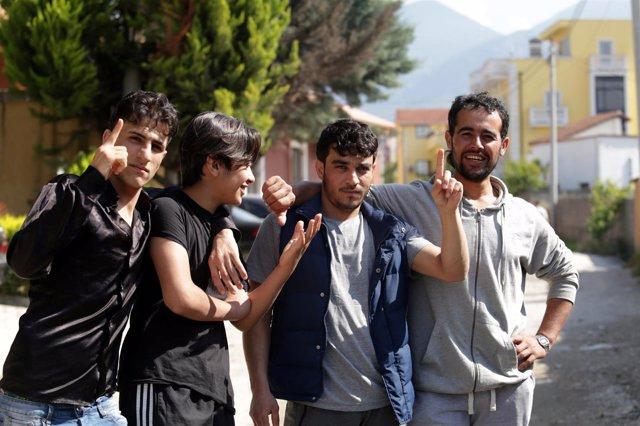Inmigrantes sirios cerca de un Centro de Solicitantes de Asilo en Tirana