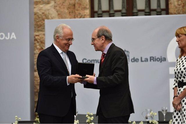 Sáenz recibe el galardón en nombre de Alberto Corazón