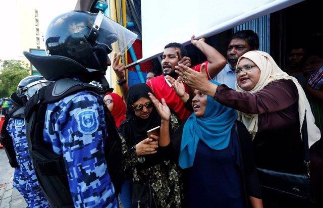 Manifestantes y policía en Maldivas