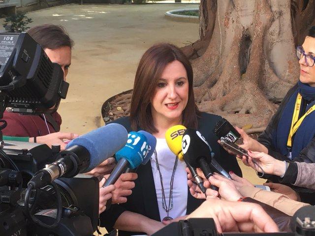 María José Català en atención a los medios
