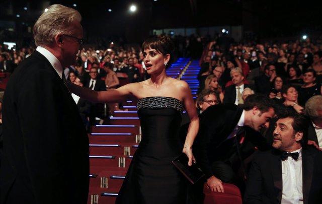 Penélope Cruz saluda a Tim Robbins