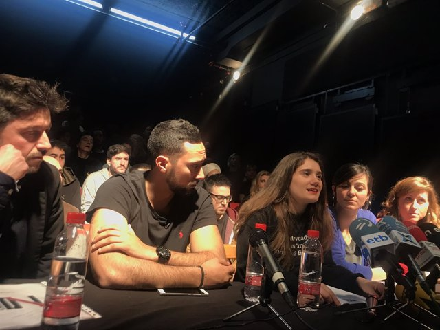 El rapero Valtonyc con miembros de 'No callarem'