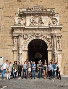 Los participantes en la visita, ante la puerta del Museo