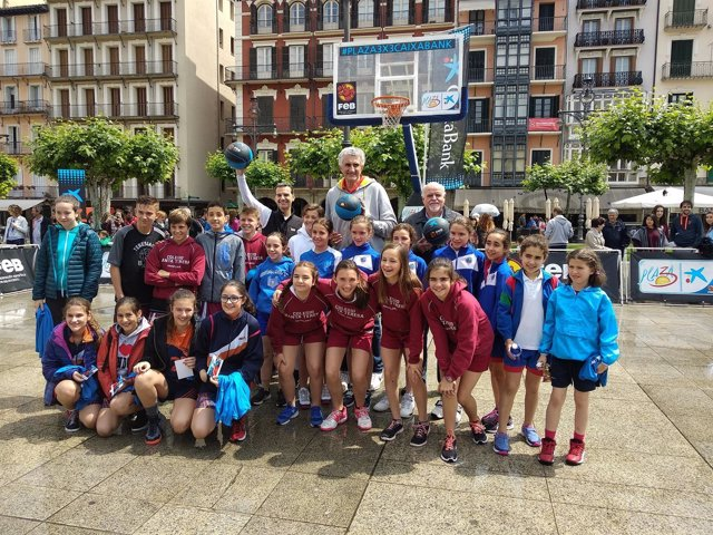 Fernando Romay con participantes en el 'Basket Plaza 3x3 CaixaBank'