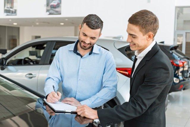 Cliente comprando un coche (concesionario)