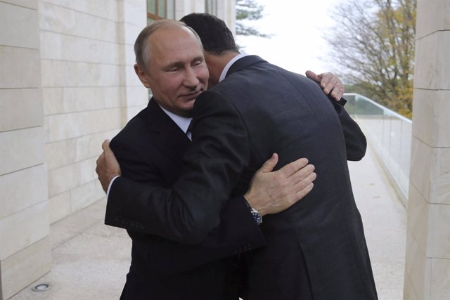 Abrazo entre Vladimir Putin y Bashar al Assad