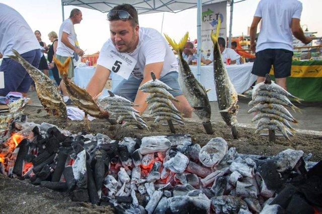 Espetos espetero concursante torremolinos concurso playa sardinas gastronomía