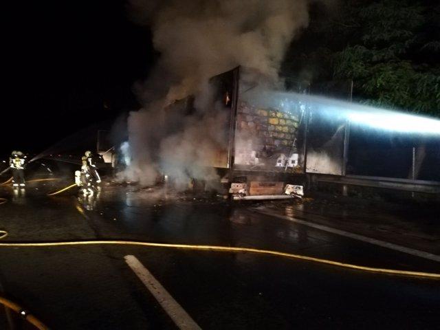 Incendio de un camión frigorífico en Arazuri