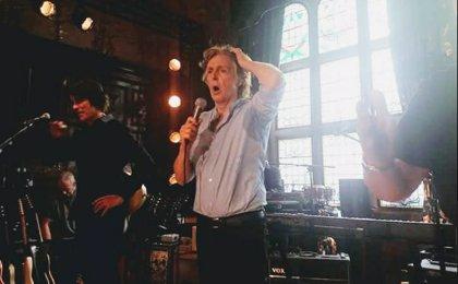 Paul McCartney sorprende a sus fans con un concierto secreto en un pub de Liverpool