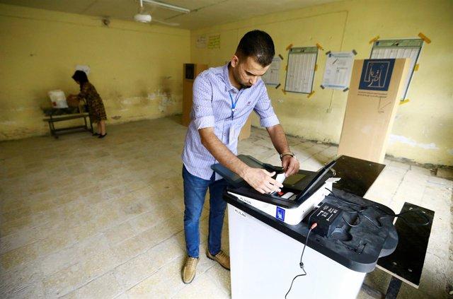 Voluntario en un colegio electoral en Baghdad