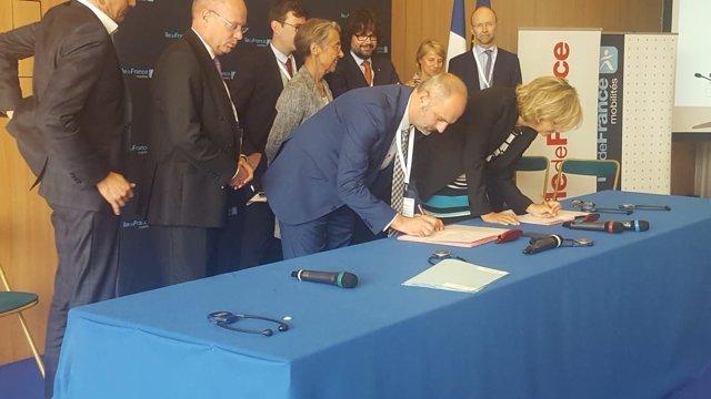 Jaume Mateu firma la declaración conjunta en París
