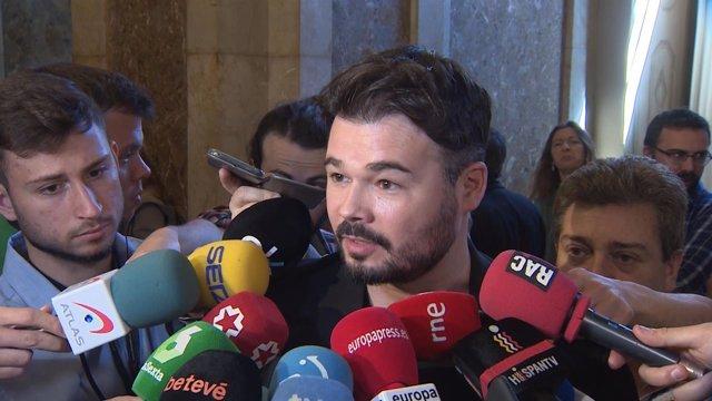 Gabriel Rufián en los pasillos del Parlament