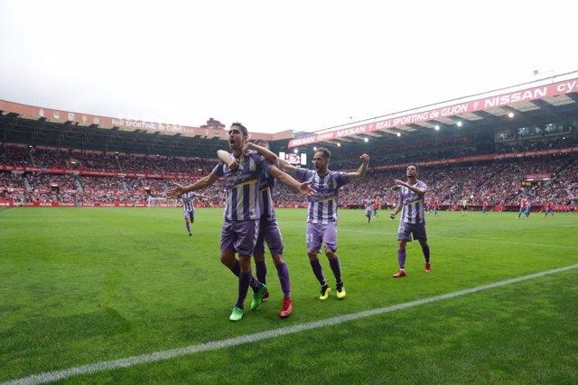 Los futbolistas del Real Valladolid celebran un gol en El Molinón.