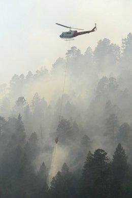 Un helicóptero realiza labores de extinción en Durango, Colorado.