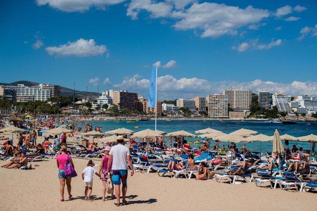 Playa, sombrillas, turistas