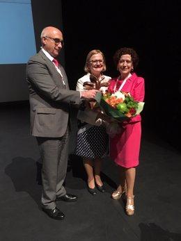 Carmen Yarritu y Sara Maroto recogiendo sus reconocimientos por parte de ANDE