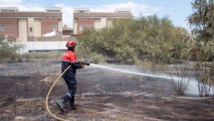 Extinguen un incendio que ha calcinado 5.000 m2 de matojos en una parcela de Mutxamel (Alicante)