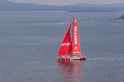 El 'MAPFRE' no se despega de una flota comprimida y a la espera de viento