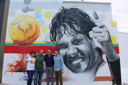 Un mural en el polideportivo municipal de La Palma del Condado (Huelva) rinde homenaje a Rafa Nadal