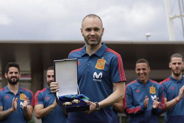 Andrés Iniesta recibe la medalla al mérito deportivo