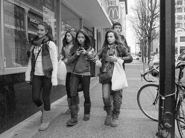 Adolescentes, preadolescentes en la calle, jóvenes