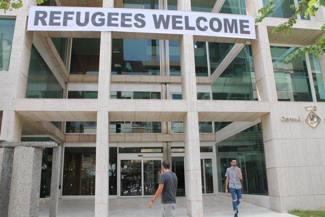Consell de Ibiza con una pancarta sobre refugiados