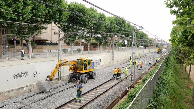 Maquinaria y operarios trabajando en las líneas de FGC, a su paso por Sant Cugat