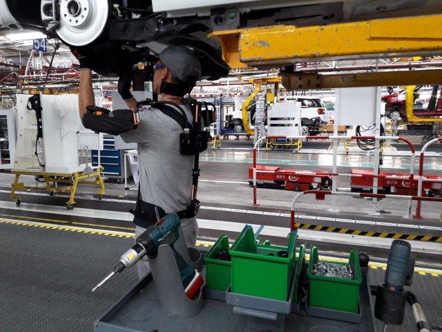 Trabajador con un exoesqueleto en la planta de Vigo