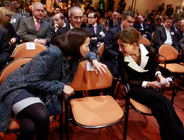 Former FARC hostage French-Colombian politician Ingrid Betancourt (R) speaks wit