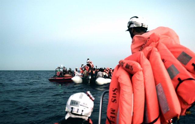 Rescate de migrantes por el personal del 'Aquarius'