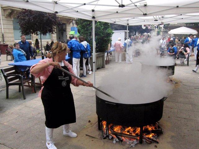 Las Peñas Cocinan El Toro Guisado En San Bernabé