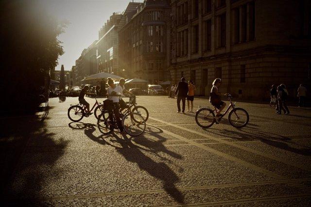 Foto de archivo de ciclistas en una ciudad