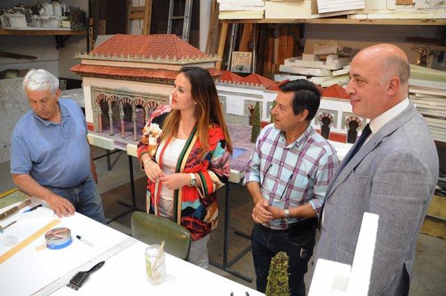 Ruiz (dcha.) visita el taller de la Asociación Belenista