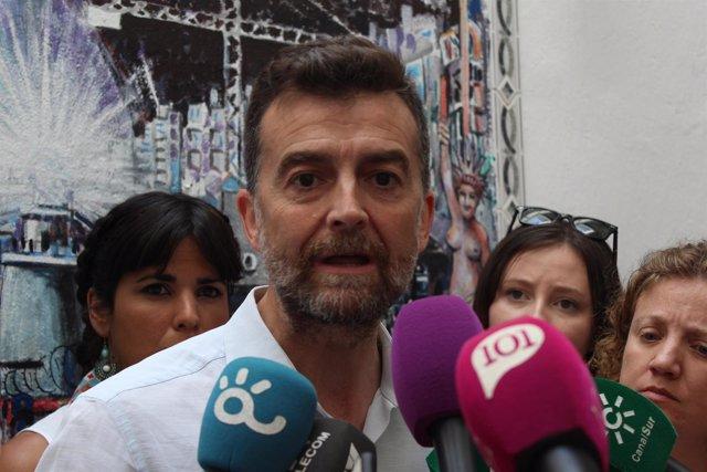 Maíllo IU atiende a los periodistas en Málag ajunto a Teresa Rodríguez Podemos