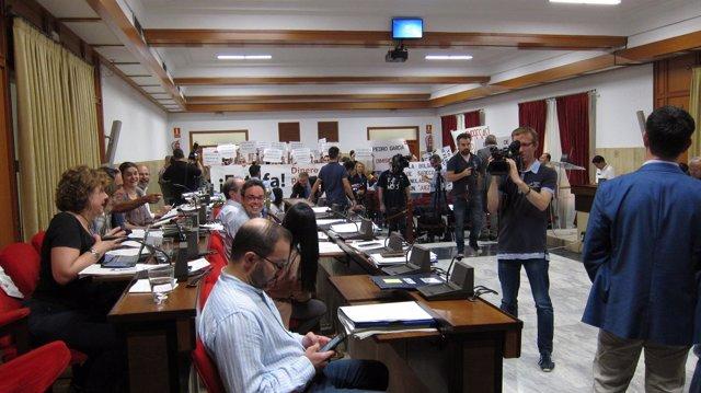 Momentos previos al Pleno con manifestantes en el salón