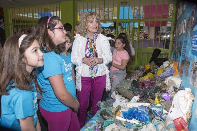 Díaz Tezanos visita la exposición sobre reciclaje de plásticosen el colegio