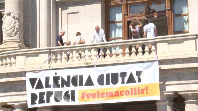 Pancarta de València como ciudad de acogida de refugiados en el Ayuntamiento