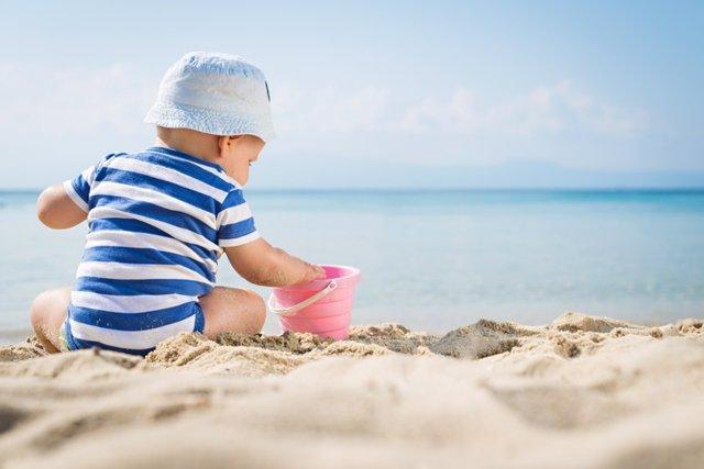 Niño, playa, sol