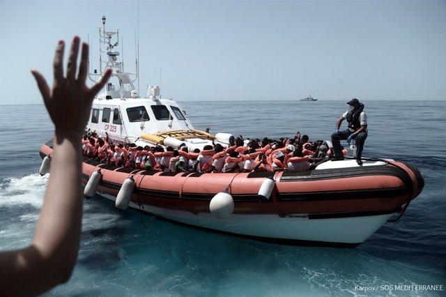 Traslado de parte de los migrantes del 'Aquarius' a barcos italianos