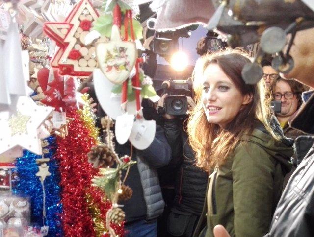 Andrea Levy (PP) visita un mercado navideño en campaña