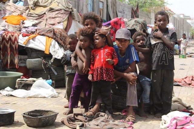 Niños desplazados por el conflicto en Hodeida (Archivo)